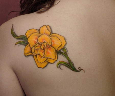 This-bright-yellow-daffodil-tattoo-is-a-lovely-way-to-remember-a-deceased-loved-one-or-to-remember-a-friend-or-place-594x495