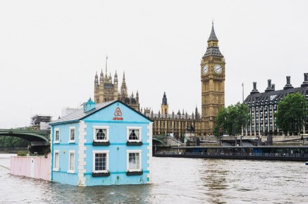 airbnb-floating-house-river-thames-london-designboom-01-818x545